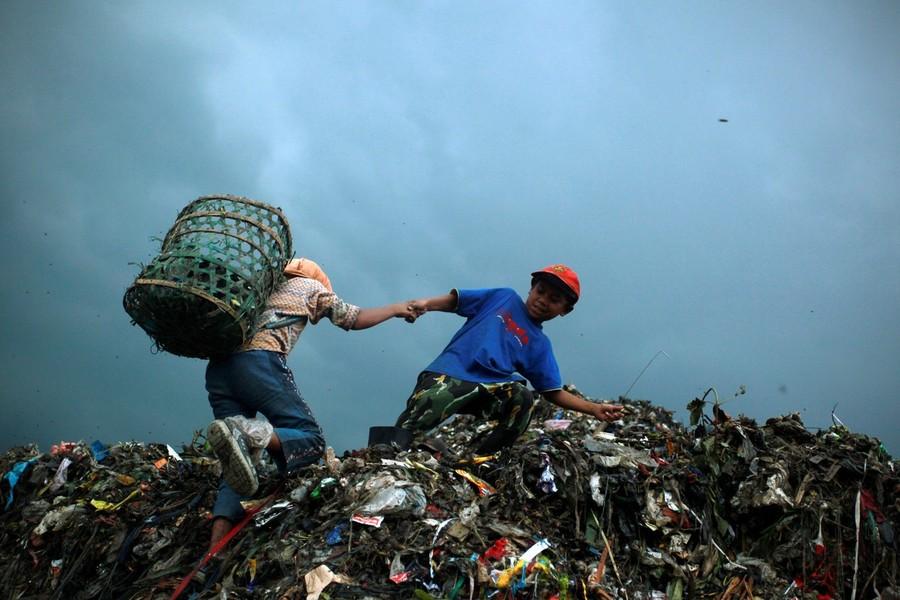 2) Тут живут и работают сотни детей, которые каждый день после школы отправляются помогать своим родителям разбирать мусор в поисках материалов пригодных для повторного использования.