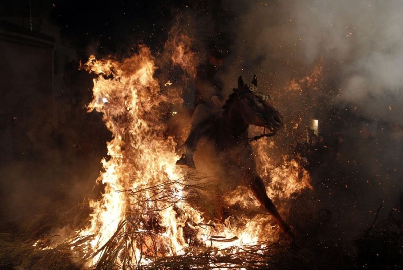 День Святого Антония - верхом через огонь