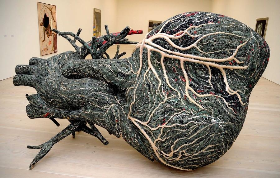 5) Произведение индийской художницы Бхарти Кхер (Bharti Kher).