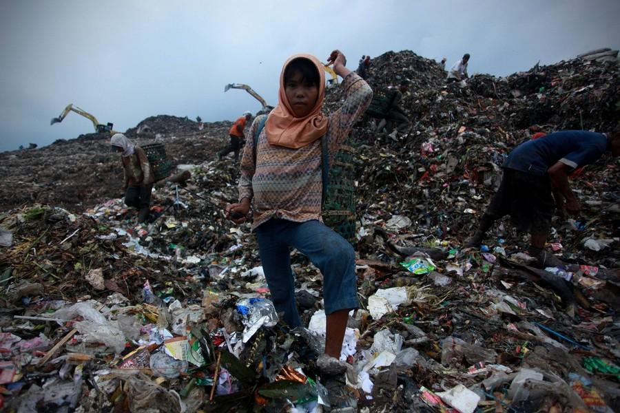 18) Ежегодно под завалами мусора гибнут люди.