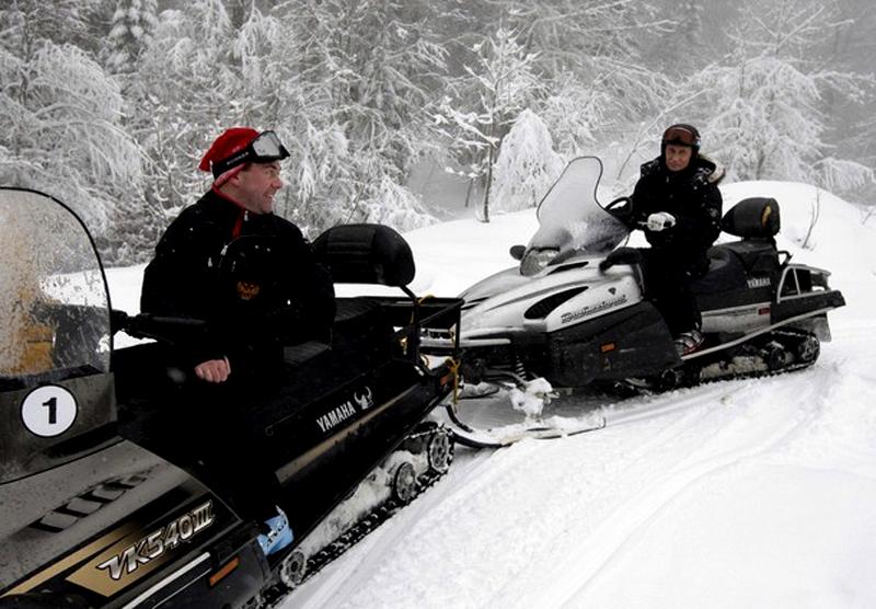 2) Несмотря на свежевыпавший снег и нулевую температуру в горах, Д. Медведев и В. Путин покатались на лыжах и снегоходах. (REUTERS/RIA Novosti/Kremlin/Dmitry Astakhov)
