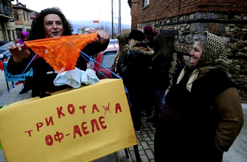 9) Каждый дом, каждый двор и улочка становятся сценами для карнавала, на которых выступают ряженые. (REUTERS/Ognen Teofilovski)