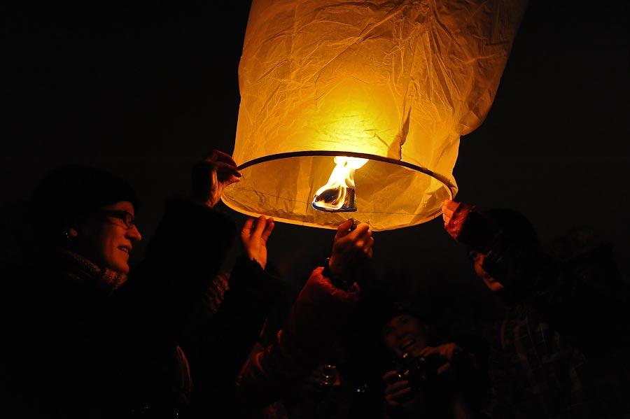 9) Это надо почувствовать: как шар наполняется воздухом, становится упругим, его начитает тянуть вверх, а ты его держишь.