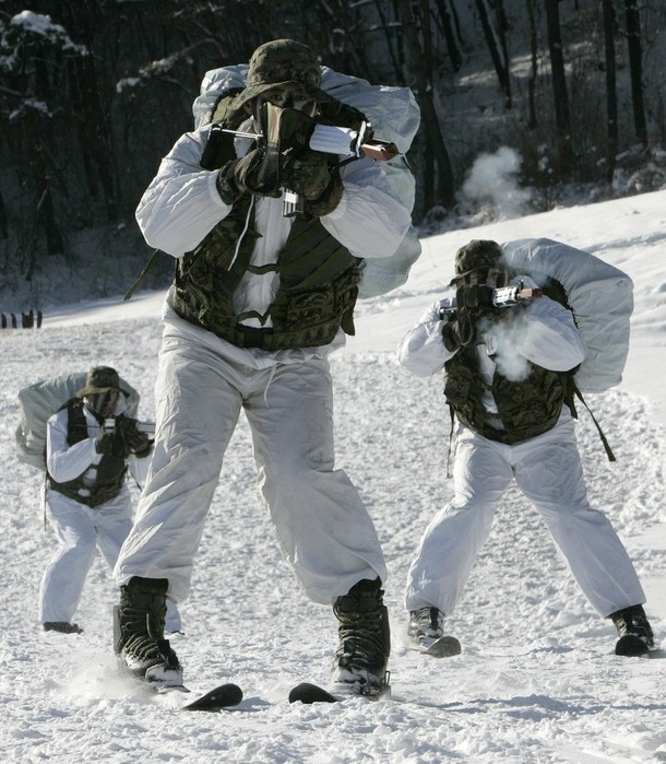 4) Подразделения спецназа имеют вооружение, оснащение и транспорт с узконаправленными и более выокими характеристиками. (REUTERS/Jo Yong-Hak)
