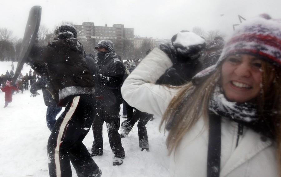 2) Флешмобом называют заранее спланированную уличную акцию большой группы людей, которая привлекает к себе внимание большого количества людей и удивляет проходящих мимо негласных зрителей. (Reuters)