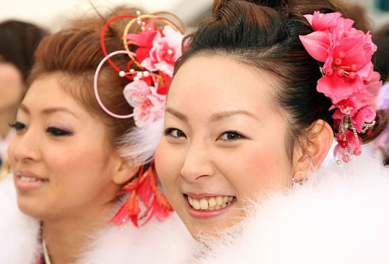 16) Поскольку в настоящее время в Японии европейская одежда практически вытеснила традиционную из ежедневного обихода, то купленное кимоно затем почти не используется. Во многих семьях оно передаётся по наследству. (Koichi Kamoshida/Getty Images)