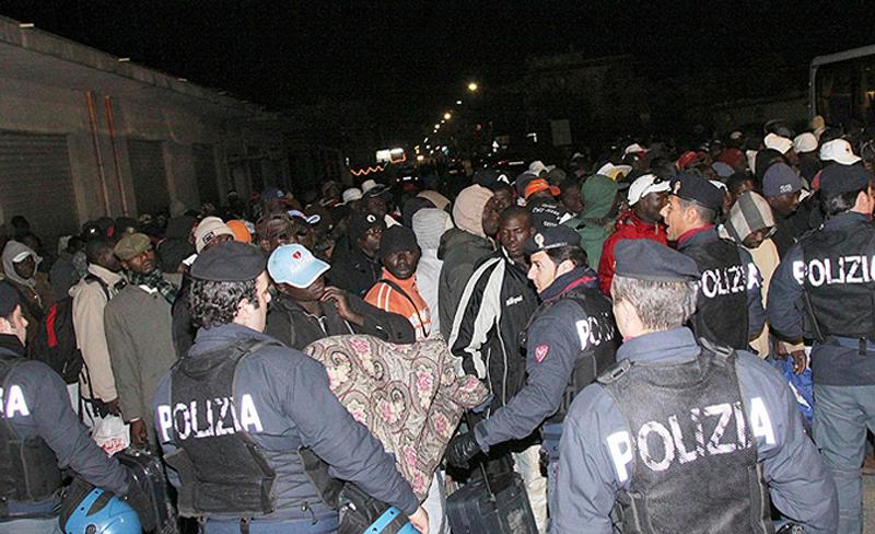 """9) """"В Розарно сложилась сложная ситуация – как и в других местах, поскольку нелегальную иммиграцию, которая является кормушкой для преступной деятельности, терпели годами и никаких эффективных мер в отношении этой проблемы никогда не принималось"""", - цитирует Марони газета La Repubblica. (AP)"""