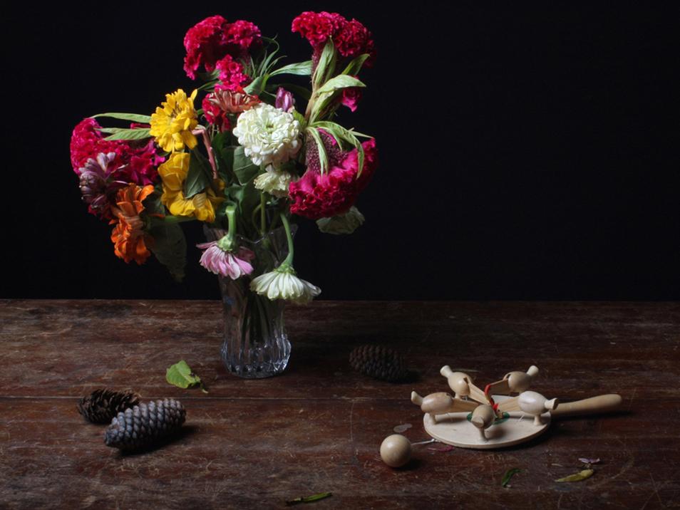 9) Натюрморт с цветами, шишками и игрушкой. (© Justine Reyes)