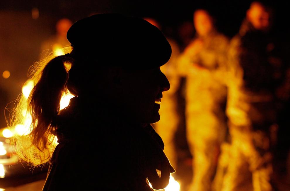 2) Силуэт немецкого солдата Международных сил содействия безопасности после службы в честь четвертой недели рождественского поста 20 декабря 2009 года. (REUTERS/Fabrizio Bensch)