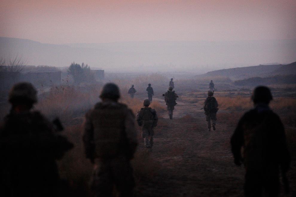 3) Морпехи из второго батальона и солдаты Афганской национальной армии идут во время операции в провинции Гильменд 23 декабря 2009 года. (AP Photo/Kevin Frayer)
