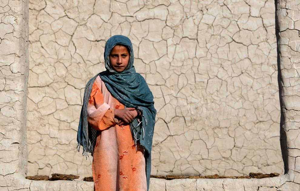 4) Девочка перед земляным домом в деревне Тарале в долине реки Пех, провинция Кунар, 23 декабря 2009 года. (AP Photo/Dario Lopez-Mills)