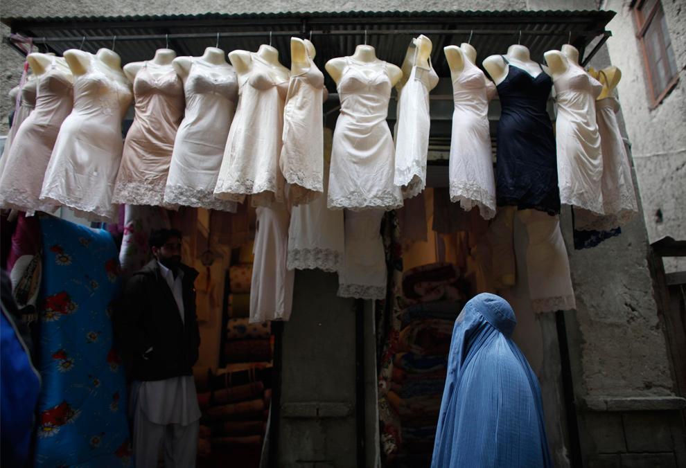 7) Женщина покупает нижнее белье в Кабуле 8 декабря 2009 года. (AP Photo/Alexandre Meneghini)