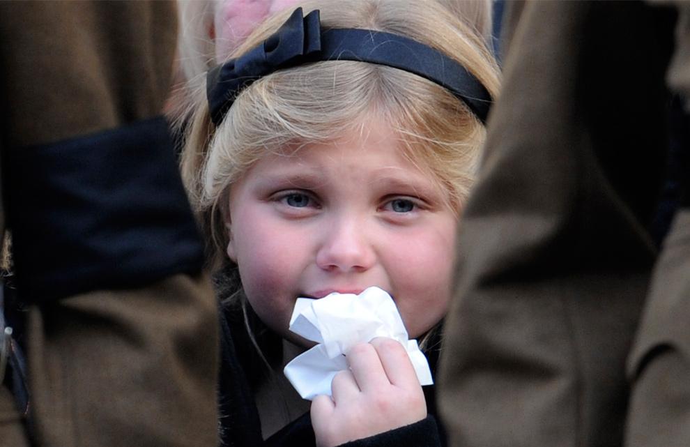 9) Виктория Чант плачет, пока выносят гроб с телом ее отца - солдата Дарена Чанта на его похоронах в Лондоне 1 декабря 2009 года. Уорент-офицер Чант, старшина полка гренадерского гвардейского полка погиб на службе в Афганистане 3 ноября. (REUTERS/Toby Melville)