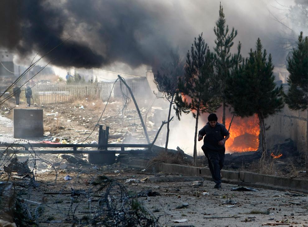 11) Мальчик бежит после взрыва террориста-смертника перед отелем «Хеетал» в Кабуле 15 декабря 2009 года. В результате утреннего теракта в густо населенном округе Вазир Акбар Кхан недалеко от дома бывшего вице-президента Ахмада Зиа Массуда в Кабуле погибло восемь человек, и были ранено еще 40. Среди погибших или раненых не было ни Массуда, ни кого-либо из постояльцев отеля. (AP Photo/Dario Lopez-Mills)