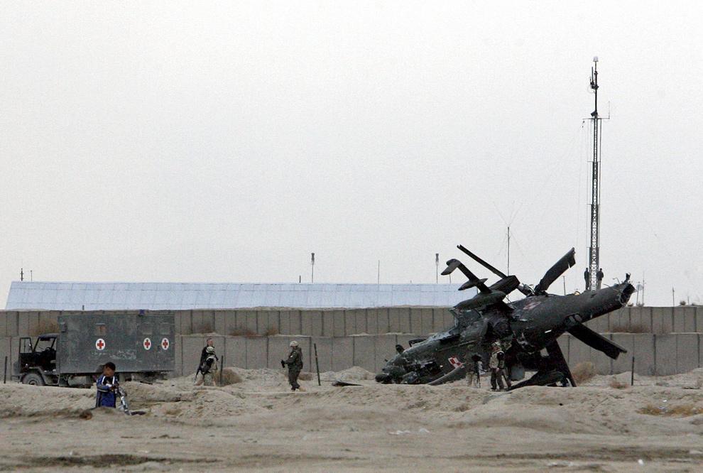 17) Обломки вертолета НАТО в провинции Газни 3 декабря 2009 года. Вертолет совершил «жесткую посадку» на юго-западе столицы Кабул, однако никто не пострадал. (REUTERS/Mustafa Andalib)