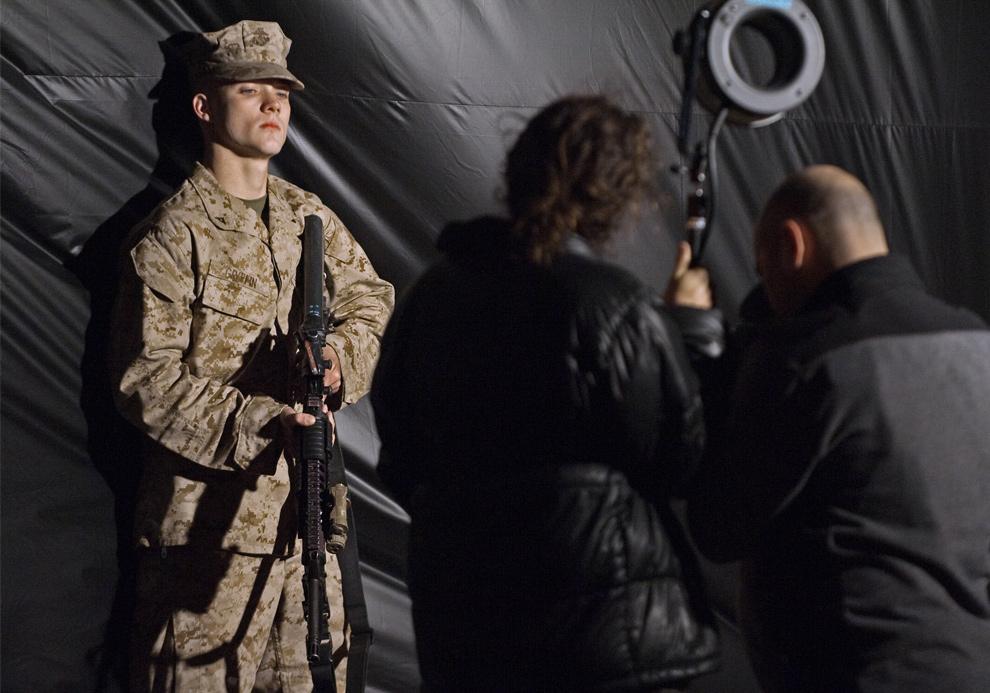 19) Морпех позирует для журнала «People» 15 декабря 2009 года незадолго до своего отправления в Афганистан. Около 200 морпехов из первого батальона 6-го полка отправились рано утром в среду в Афганистан. Это первая часть волны из 30 000 солдат, которую президент США Барак Обама обещал отправить в Афганистан для борьбы с боевиками «Талибана». (PAUL J. RICHARDS/AFP/Getty Images)