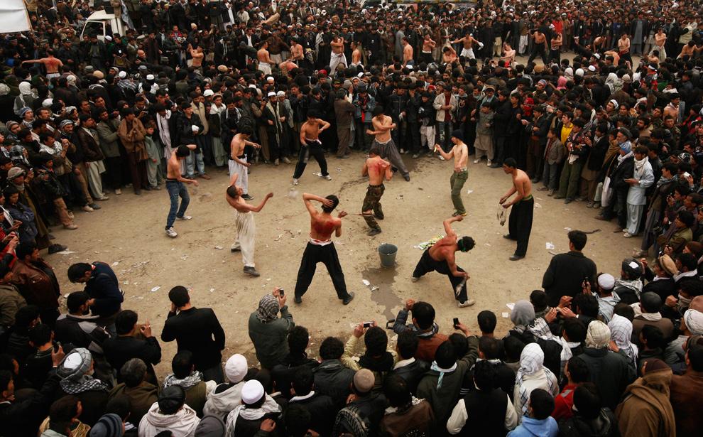 27) Афганские шииты бьют себя во время Ашуры в Кабуле 27 декабря 2009 года, демонстрируя свою скорбь и память о жертве Имама Хусейна – внука пророка Муххамада, убитого более 1300 лет назад в битве Карбала. (AP Photo/Farzana Wahidy)
