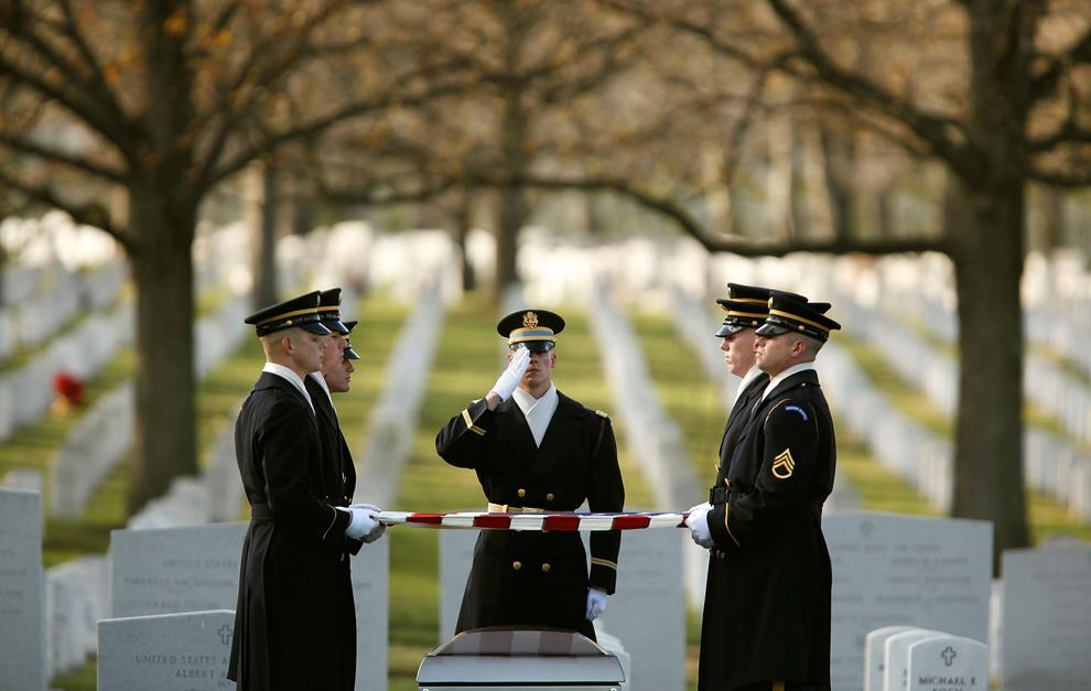 29) Солдаты из 3-го пехотного полка, также называемого «Старая гвардия», отдают воинские почести на похоронах военного специалиста Гари Гуч на Национальном кладбище Арлингтона 10 декабря 2009 года. 22-летний Гуч из Окалы, штат Флорида, погиб 5 ноября, когда его транспортер подорвался на самодельном взрывном устройстве в Афганистане. (Chip Somodevilla/Getty Images)