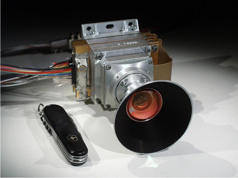 2) Но НАСА не сдавалась и разработала новые хитроумные маленькие устройства, по сравнению с которыми аппаратура 1960-х – доисторические реликвии. Эта шикарная камера в стиле 20-х называется MARDI (Mars Descent Imager), и в 2007 и 2008 годах  такое оборудование было отправлено на Марс вместе с «Фениксом». Но, несмотря на долгий путь, который преодолели устройства, землянам они так ничего и не сообщили. (John Herrman)