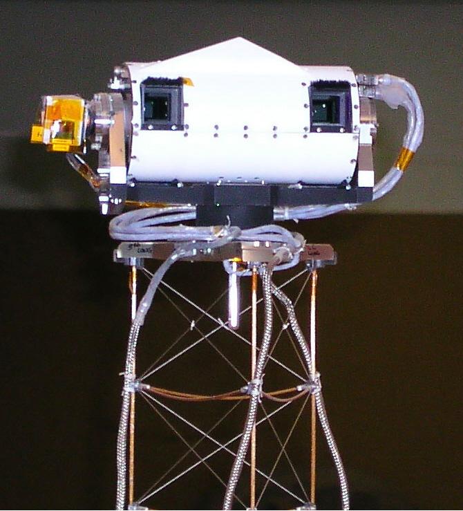 3) В отличие от этих приземистых машин. Разработанный в университете Аризоны Surface Stereo Imager,  стереопроектор поверхности, был установлен на «Фениксе» и запечатлел знакомые всем виды красной планеты. (John Herrman)