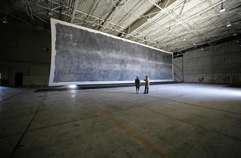 6) Чтобы сделать самую большую не цифровую и не увеличенную фотографию, нужна поистине гигантская аппаратура. Это устройство с точечным отверстием  для огромных фотографий - размером с  ангар для самолета. (John Herrman)