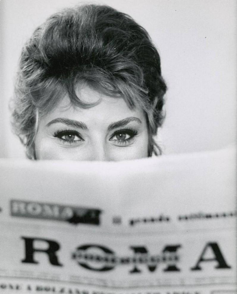 4) Именно в 50-е началась новая волна популярности наращенных ресниц, теперь уже среди обычных женщин. Ведь процедура уже была усовершенствована и гораздо более доступна, чем раньше. Конечно же, волна спроса  на  наращивание ресниц была снова связана с кино – именно кинодивы, такие как, например, Софи Лорен (на фото) сделали пушистые и длинные ресницы обязательным атрибутом макияжа.