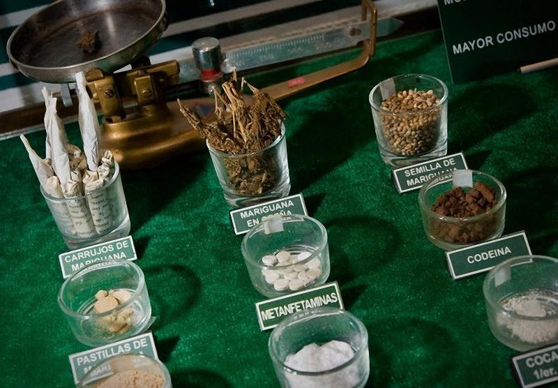 1. Образцы различных наркотиков, включая марихуану во всех ее формах, кокаин и метамфетамин находятся в стеклянных колбах с соответствующими надписями. (Sarah L. Voisin-Washington Post)