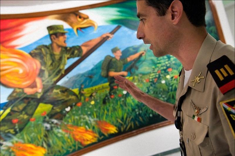 3. Капитан Клаудио Монтэйн – куратор музея – показывает большую фреску, у входа в Музей наркотиков, изображающую нарковойну. (Sarah L. Voisin-Washington Post)
