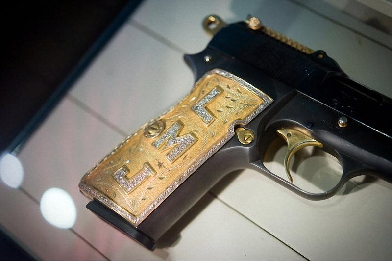 7. Пистолет одного из членов наркокартеля. На этом 9-милимметровом пистолете с бронзовой рукояткой, бриллиантами выложены инициалы LMJ. (Sarah L. Voisin-Washington Post)