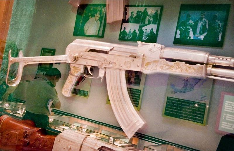 11. Изысканно выгравированный автомат висит на стене музея. С 1976 по 2009 годы 636 мексиканских солдат погибло в перестрелках с наркокартелями – 133 из них были убиты за последние три года. (Sarah L. Voisin-Washington Post)