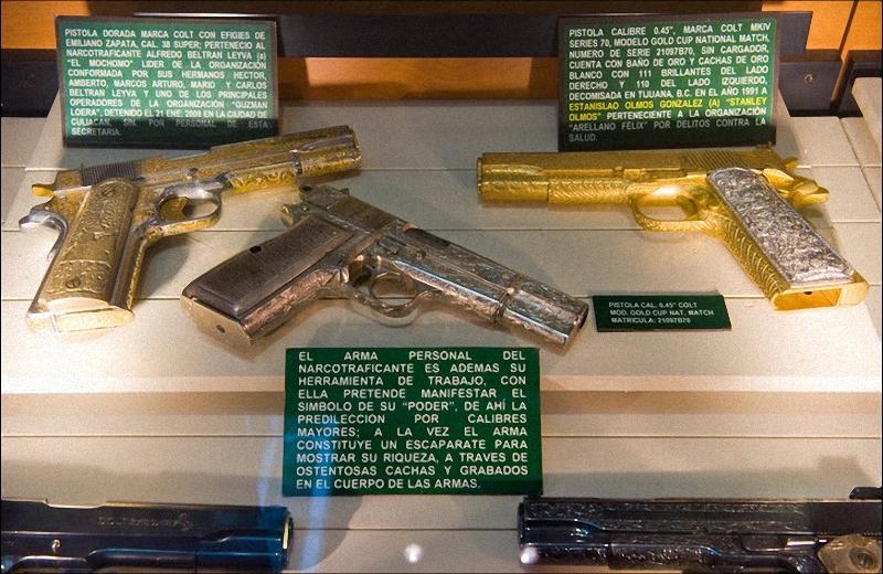 17. Различные пистолеты, изъятые у членов картеля. Пистолет в центре протравлен марихуаной и опием. (Sarah L. Voisin-Washington Post)