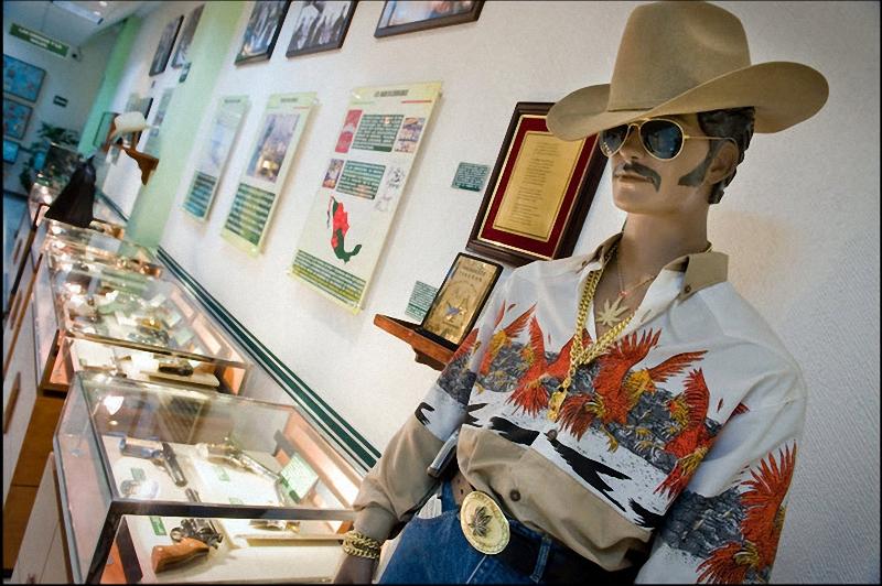19. Все в той же комнате о нарко-культуре: манекен члена наркомафии стоит у стеклянной витрины с изъятым у наркодельцов и баронов оружием. (Sarah L. Voisin-Washington Post)