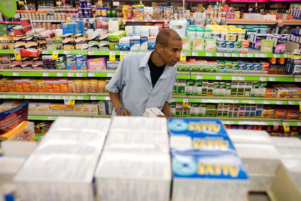 4. В воскресенье он пошел в аптеку, купил аптечку, банку сардин и другую еду для поездки, включая коробку «Сникерсов». (Jason Henry for The Wall Street Journal)