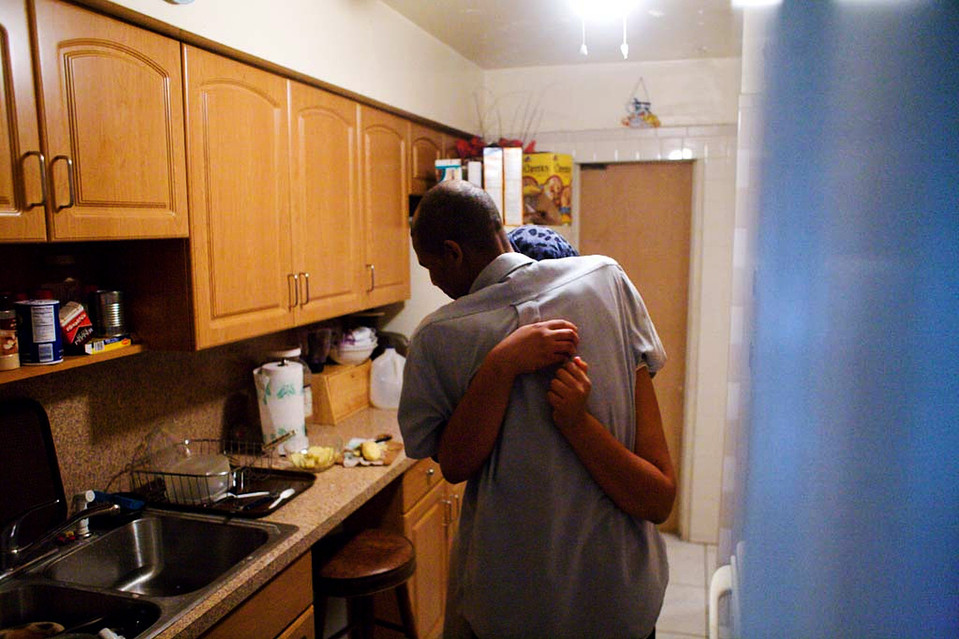 5. У мистера Бигота еще две дочки подросткового возраста, которые живут с ним в Майями. На фото он обнимает одну из них, прежде чем улететь на Гаити в воскресенье. (Jason Henry for The Wall Street Journal)