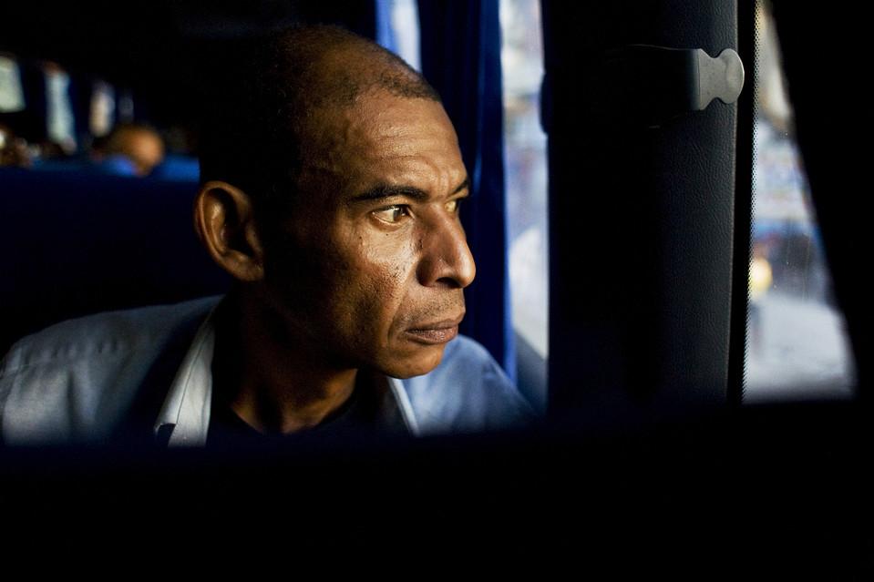 7. Подъезжая к Порт-о-Пренс, он увидел истинный ужас разрушения. И все же мистер Бигот смотрел в окно автобуса, не веря своим глазам. (Jason Henry for The Wall Street Journal)