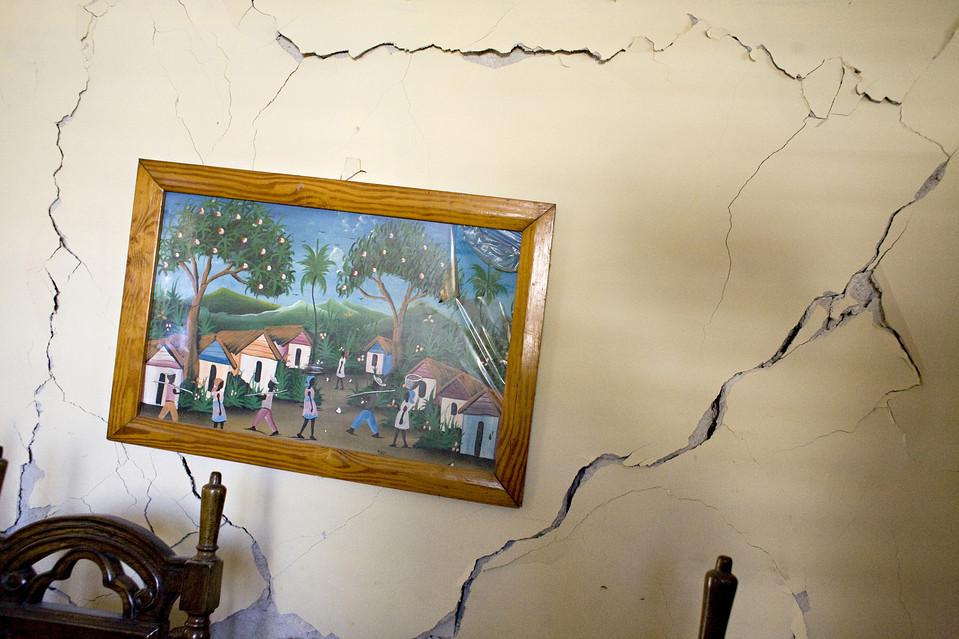 14. Один из соседних домов тоже еще стоит, но он сильно поврежден, и там никто не живет. В этом районе нужна помощь, но на улицу Импассе Кайман Стрит помощь не дошла. (Jason Henry for The Wall Street Journal)