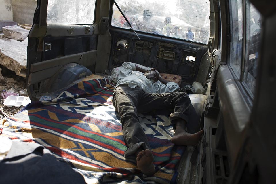 17. Человек спит в разбитом фургоне на улице мистера Бигота. (Jason Henry for The Wall Street Journal)