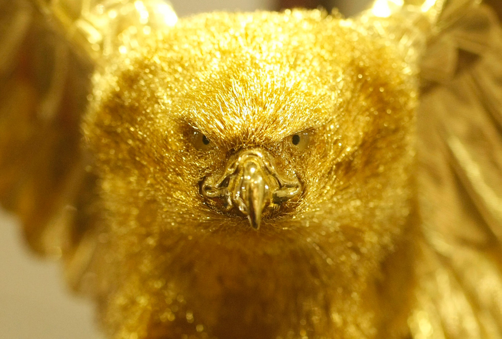 3. Статуя хищной птицы из золота на выставке золота и серебра в универмаге «Ginza Tanaka» в Токио 23 октября 2009 года. (REUTERS/Issei Kato)