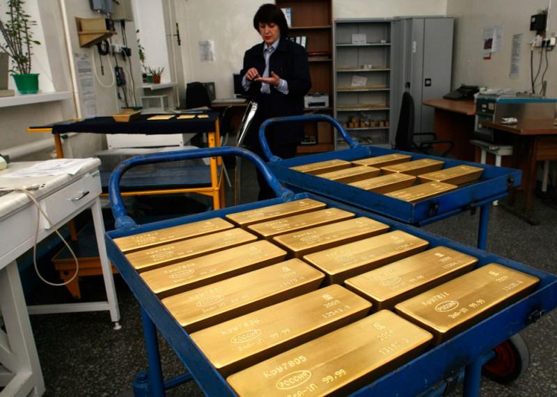 7. Тележки со слитками золота в комнате для окончательного взвешивания и упаковки на заводе «Красцветмет» в Красноярске 16 ноября 2009 года. (REUTERS/Ilya Naymushin)