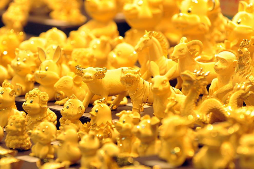 10. Золотые фигурки в витрине магазина в Гонконге 17 ноября 2009 года. (MIKE CLARKE/AFP/Getty Images)