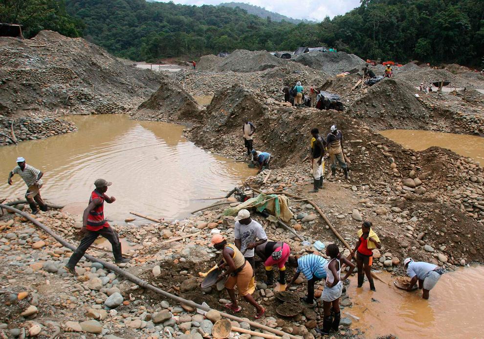11. Колумбийские золотоискатели ищут ценный металл в реке Дагау, провинция Зарагоза, Каука, Колумбия, 17 ноября 2009 года. Около 8000 золотоискателей нелегально работают на реке Дагуа, чтобы прокормить свои семьи. (REUTERS/Jaime Saldarriaga)
