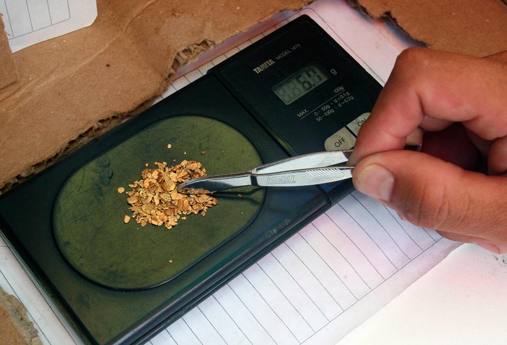 12. Торговец золотом взвешивает его в Кауке, Колумбия, 17 ноября 2009 года. (REUTERS/Jaime Saldarriaga)