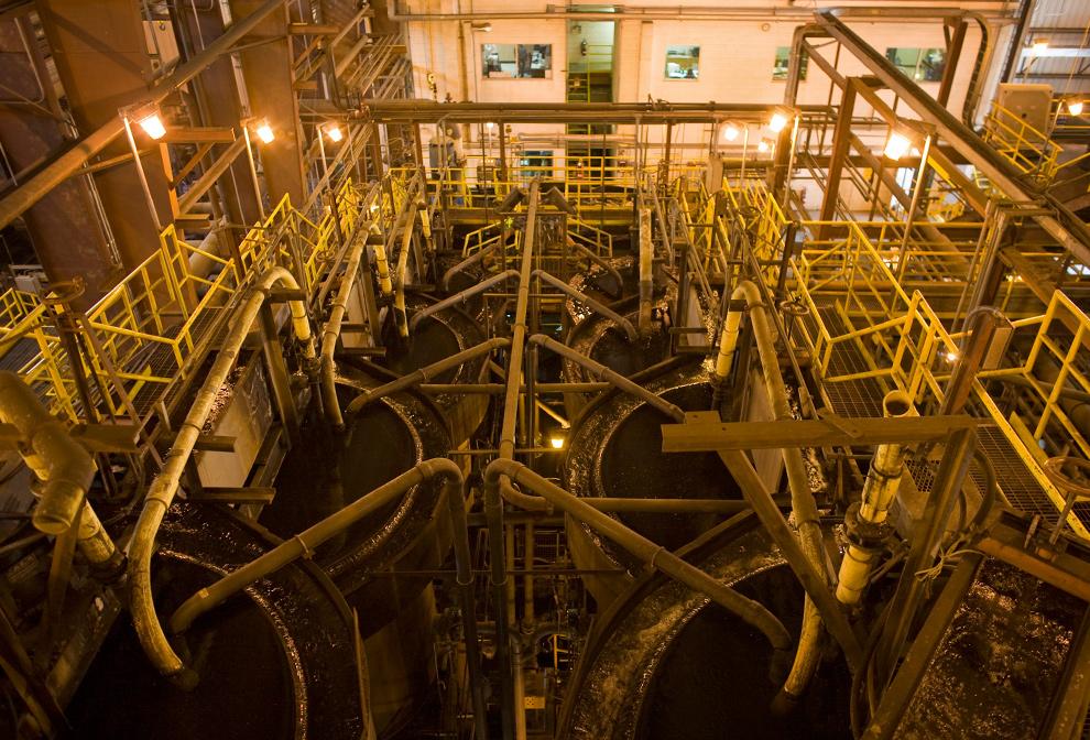 21. Механизм по извлечению угля поглощает золото в растворе цианистого натрия на заводе компании «AngloGold Ashanti Ltd. Cripple Creek & Victor» в Колорадо 5 ноября 2009 года. (Matthew Staver/Bloomberg)