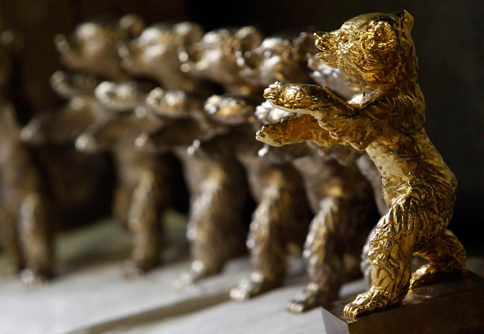 22. Позолоченные статуэтки Берлинского медведя стоят в ряд перед началом Международного кинофестиваля «Berlinale» на литейном заводе в Берлине 20 января 2010 года. (REUTERS/Fabrizio Bensch)