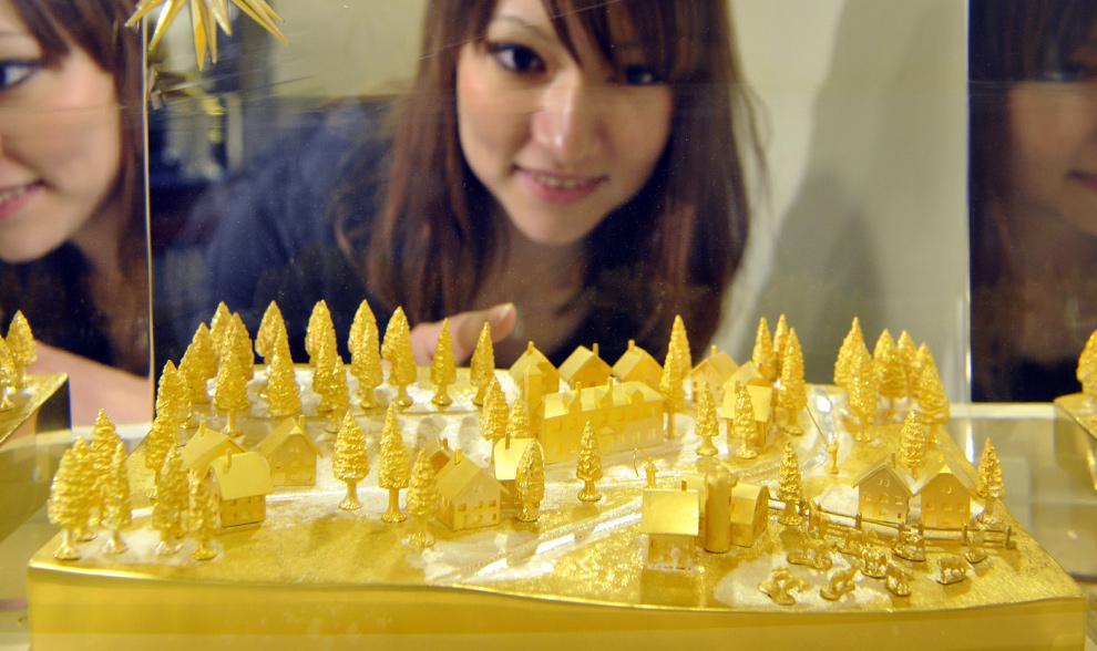 29. Японка восхищается золотой моделью под названием «Пострелять бы в звезды» на выставке золота и серебра в Токио 23 октября 2009 года. Этот предмет роскоши составляет 30 см в высоту, сделан из 15 кг чистого золота и стоит 130 миллионов йен (1,3 миллиона долларов). (YOSHIKAZU TSUNO/AFP/Getty Images)