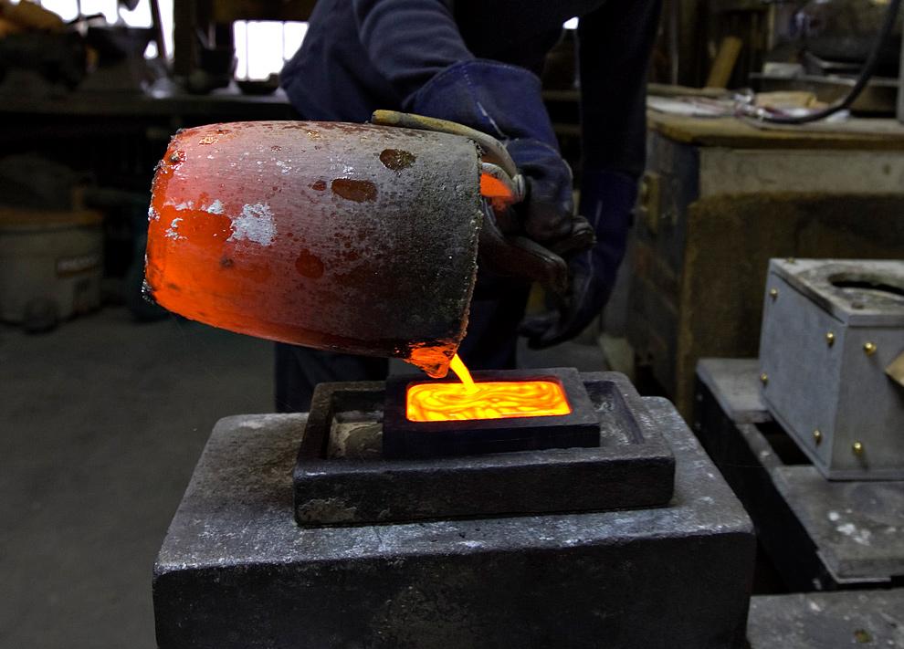 31. Роберт Штолер выливает расплавленное золото в формочку на заводе компании «Dvir & Stoler Refining» в Нью-Йорке 4 января 2010 года. (Daniel Acker/Bloomberg)