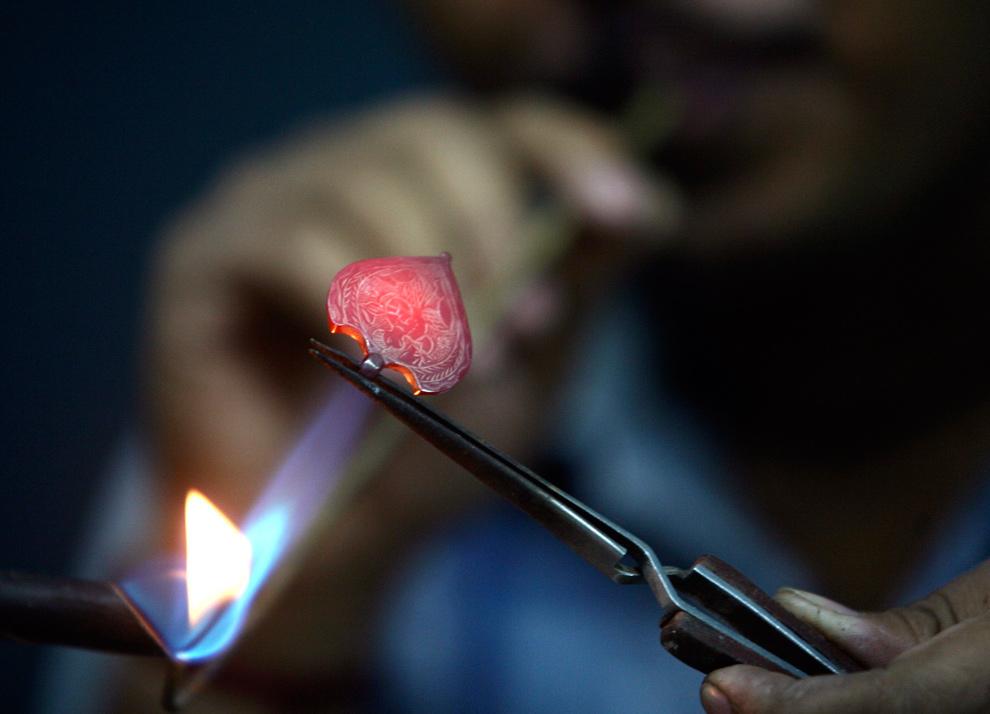 33. Кузнец работает над золотым украшением в мастерской в Шандигаре, Индия, 23 ноября 2009 года. (REUTERS/Ajay Verma)