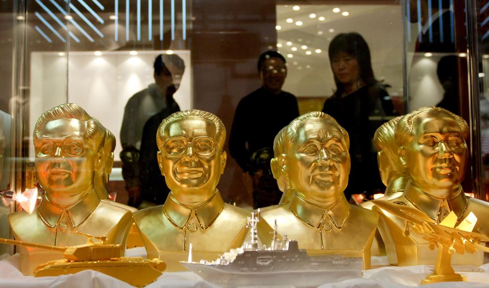 34. Золотые бюсты (слева направо) китайских лидеров президента Ху Цзиньтао, бывшего президента Цзян Цзэминя, покойного патриарха Дэн Сяопина и Мао Цзэдуна на выставке золота в Пекине 8 ноября 2009 года. (WANG ZHAO/AFP/Getty Images)