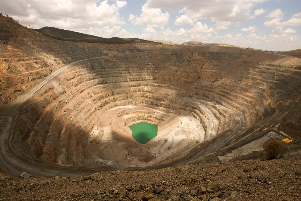 36. Общий вид на открытый карьер, где добывают золото и медь в округе Орандж в Австралии 8 января 2010 года. (JACKY GHOSSEIN/AFP/Getty Images)