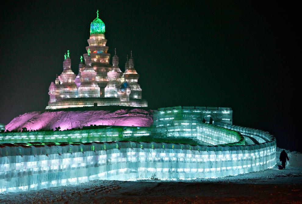 1. Турист пришел посмотреть на ледяную скульптуру 26-го Международного фестиваля снега и льда в Харбине, провинция Хэйлунцзян, Китай, 3 января 2010 года. (REUTERS/Aly Song)